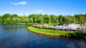 Die genießenden Leute, stehen einen sonnigen Tag in einem Park Tsaritsyno, Moskau, Russland still Neigungsschiebeeffekt angewende Lizenzfreie Stockfotos