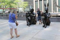 Die genommenen Touristen stellen vor Paparazzi Dogman und Paparazzi Rabbitgirl-Skulptur durch zeitgenössischen Künstler Gillie un Stockbild