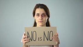 Die gequetschte Frau halten keine ist kein Zeichen und setzt Ende zur Gewalttätigkeit gegen Frauen stock footage