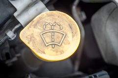 Die Gerätkomponenten des Automotors im Motorraum lizenzfreie stockfotos