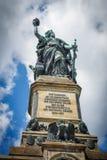 Die Germania-Statue beim Niederwalddenkmal über RÃ-¼ desheim morgens lizenzfreies stockfoto