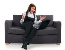 Die Geschäftsfrau arbeitet sehr emotional an der Co stockfotografie