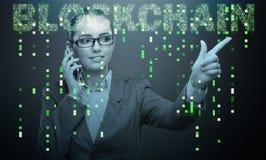 Die Geschäftsfrau in blockchain cryptocurrency Konzept Stockfotografie