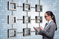 Die Geschäftsfrau in blockchain cryptocurrency Konzept Lizenzfreie Stockfotografie