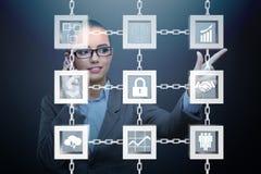 Die Geschäftsfrau in blockchain cryptocurrency Konzept Lizenzfreie Stockbilder