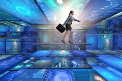 Die Geschäftsfrau, die in Datenverwaltungskonzept geht Lizenzfreie Stockbilder