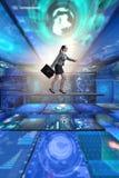 Die Geschäftsfrau, die in Datenverwaltungskonzept geht Lizenzfreies Stockfoto