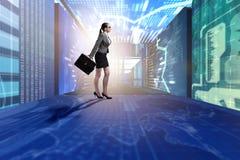 Die Geschäftsfrau, die in Datenverwaltungskonzept geht Lizenzfreie Stockfotografie