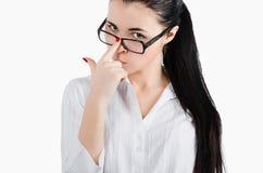 Die Geschäftsfrau, die Gläser der Ansicht hält, schoss auf einem weißen backgroun Lizenzfreie Stockbilder