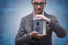 Die Geschäftsfrau, die Metall sicher im Sicherheitskonzept hält lizenzfreie stockfotografie