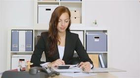 Die Geschäftsfrau, die rote Daumen hält, up Zeichen stock video footage