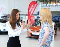 Die Geschäftsfrau, die versucht sich zu beruhigen, machte Kundenfrau unzufrieden Stockfoto