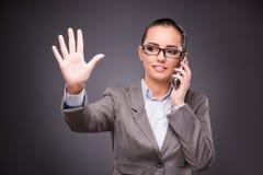 Die Geschäftsfrau, die virtuelle Knöpfe im Geschäftskonzept bedrängt Stockfotos