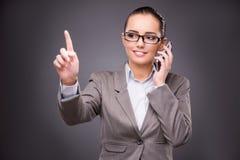 Die Geschäftsfrau, die virtuelle Knöpfe im Geschäftskonzept bedrängt lizenzfreie abbildung