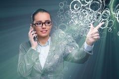 Die Geschäftsfrau, die virtuelle Knöpfe im Geschäftskonzept bedrängt Stockbild