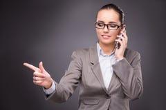 Die Geschäftsfrau, die virtuelle Knöpfe im Geschäftskonzept bedrängt Lizenzfreie Stockfotos