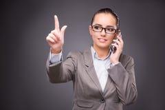 Die Geschäftsfrau, die virtuelle Knöpfe im Geschäftskonzept bedrängt Stockfotografie