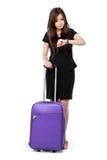 Die Geschäftsfrau, die zu der Zeit schaut und bereiten für Reise vor Lizenzfreies Stockbild