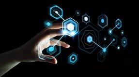 Die Geschäftsfrau, die digitale Schirme mit Hologrammdaten 3D verwendet, zerreißen Lizenzfreie Abbildung