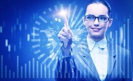 Die Geschäftsfrau im Data - Mining-Konzept Stockfotos