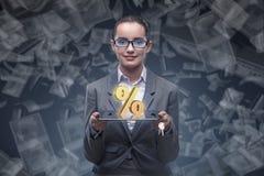 Die Geschäftsfrau im Konzept der hohen Zinssätze Lizenzfreie Stockfotos