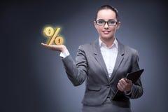 Die Geschäftsfrau im Konzept der hohen Zinssätze Stockfoto