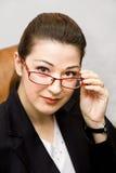 Die Geschäftsfrau mit den Gläsern Lizenzfreies Stockfoto