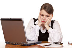 Die Geschäftsfrau sitzt müdes und betont im Büro Lizenzfreie Stockfotografie