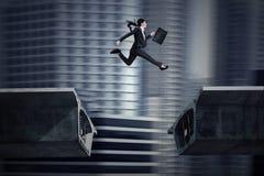 Die Geschäftsfrau springend über einen Abstand in der Brücke lizenzfreie abbildung