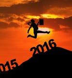 Die Geschäftsfrau springend über 2016 Zahlen Stockbild