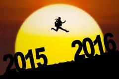Die Geschäftsfrau springend in Richtung zu 2016 Zahlen Lizenzfreie Stockfotografie