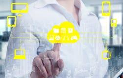 Die Geschäftsfrauen, die eine Wolke berühren, schlossen an viele Gegenstände auf einem virtuellen Schirm, Konzept über Internet v Lizenzfreies Stockfoto