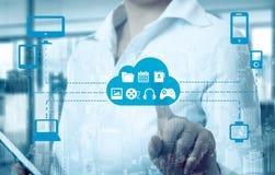 Die Geschäftsfrauen, die eine Wolke berühren, schlossen an viele Gegenstände auf einem virtuellen Schirm, Konzept über Internet v Lizenzfreie Stockbilder