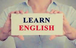Die Geschäftsfrauhände, die Zeichen oder Karte mit Mitteilung halten, lernen Englisch Stockfoto