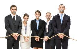 Die Geschäftsleute, die mit Seil gebunden werden und ihre Münder werden aufgenommen Stockfotos