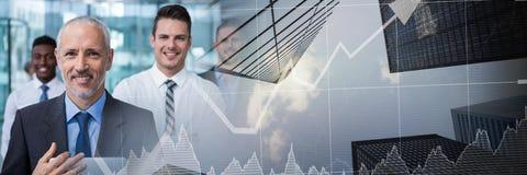 Die Geschäftsleute, die mit Stadt lächeln, finanzieren Diagrammübergang Lizenzfreies Stockbild