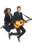 Die Geschäftsleute springend mit Gitarren Stockfotografie