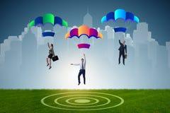 Die Geschäftsleute, die unten auf Fallschirme fallen Stockfotos
