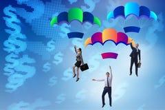 Die Geschäftsleute, die unten auf Fallschirme fallen Stockfotografie