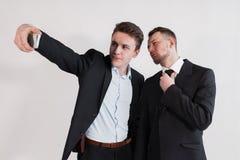 Die Geschäftsmänner, die ein selfie auf weißem Hintergrund nehmen Stockfoto