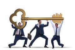 Die Geschäftsmänner, die riesigen Schlüssel im Geschäftskonzept halten Stockfotos