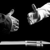 Die Geschäftsmänner ungefähr zu rütteln überreicht einen unterzeichneten Vertrag Lizenzfreie Stockbilder