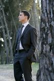 Die Geschäftsmannaufstellung entspannte sich auf einem Parkwald lizenzfreie stockfotografie