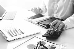 die Geschäftsmannhand, die mit Finanzen über Kosten arbeitet und berechnen Lizenzfreie Stockbilder