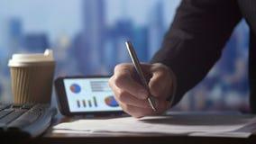 Die Geschäftsperson, die an Finanzierung arbeitet, bildet sich am Schreibtisch auf Taschenrechner im Büro stock footage