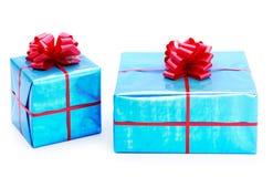 Geschenke eines Türkisblaus gebunden mit roten Bögen lizenzfreie stockfotos