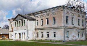 Die geschlossene abadoned Schule im historischen Platz Stockbilder