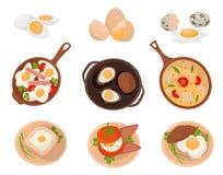 Die geschmackvollen Teller, die eingestellte von den Ei-, rohen, gekochten und Spiegeleiern mit verschiedenen Bestandteilen gemac lizenzfreie abbildung