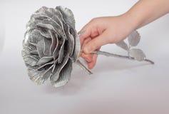 Die geschmiedete Hand stieg Rosen-handgemachtes geschmiedet vom Metall auf einer weißen Rückseite lizenzfreie stockfotos