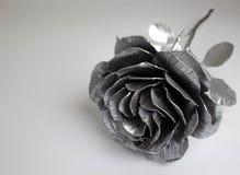 Die geschmiedete Hand stieg Rosen-handgemachtes geschmiedet vom Metall auf einer weißen Rückseite stockfotos